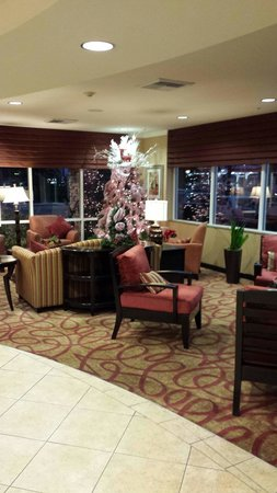 Comfort Suites Ontario Convention Center: Lovely Christmas decorations in the reception area.