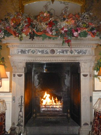 Roman Camp Hotel Restaurant: Christmas Fireplace in the Drawing room