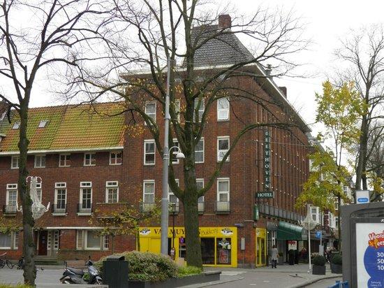Hampshire Hotel - Beethoven Amsterdam: Vista del hotel desde la parada del tranvía.