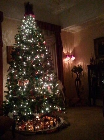 Bybee's Historic Inn: Christmas tree in front parlor