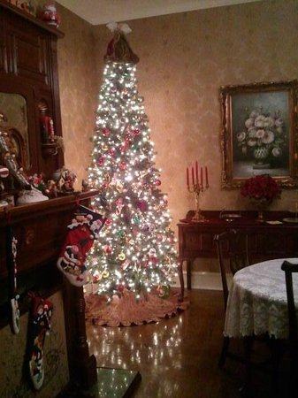Bybee's Historic Inn: Christmas tree in dining area