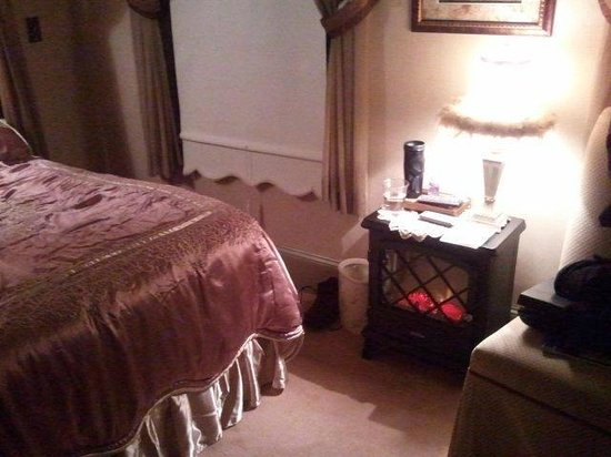 Bybee's Historic Inn: faux fireplace/electric heater in our room