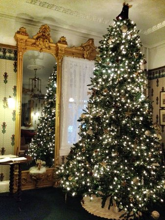 Wilbraham Mansion: Christmas tree in the parlor
