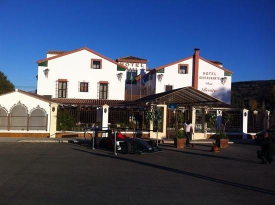 Don Benito Hotel : er stond een formule wagen van het vlakbij gelegen Ascari circuit voor het hotel. zij werken wel