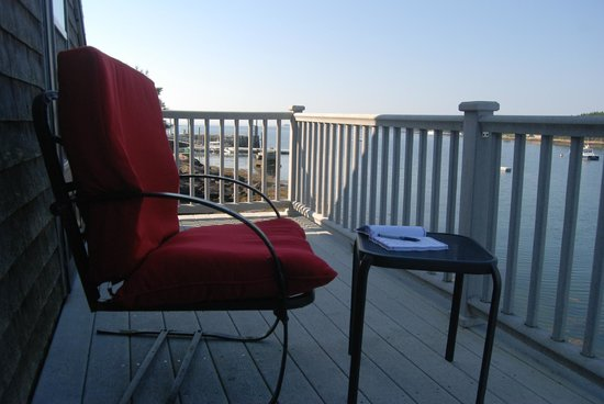 MainStay Cottages & RV Park: The Deck with Cushioned Chairs