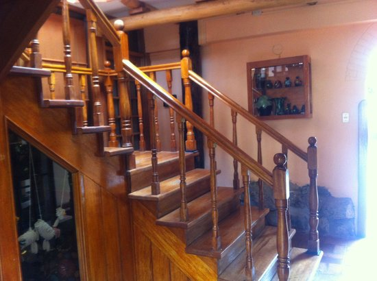 Amaru Hostal: Escalera al segundo piso
