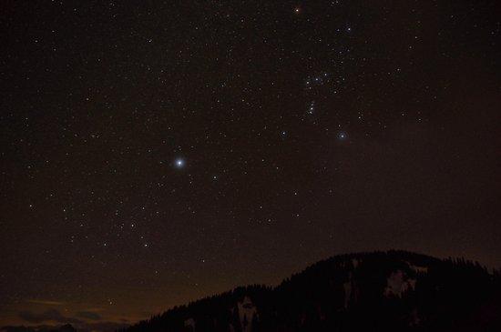 Berglodge: Blick aus Schlafzimmer bei Nacht