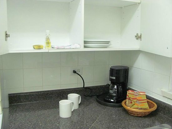 Greenbrier Hotel: Kitchen with coffee maker and dishes.