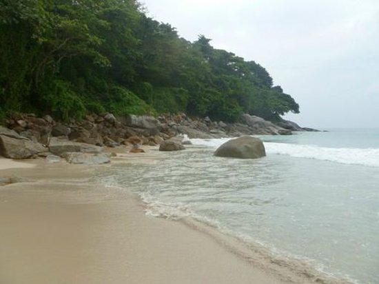 Le Meridien Phuket Beach Resort: One side of the huge beach - sandy in the middle, rocky on the sides
