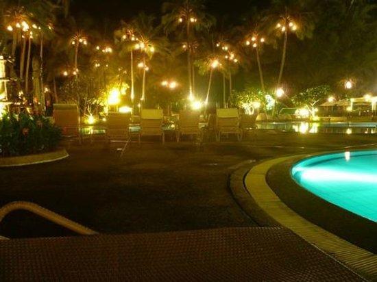 Le Meridien Phuket Beach Resort : Poolside at night
