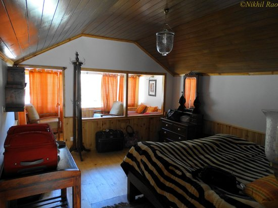 Banjara Camp &  Retreat - Sangla Valley Camp: inside the log cabin