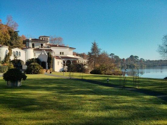 Chateau de Brindos avec lac