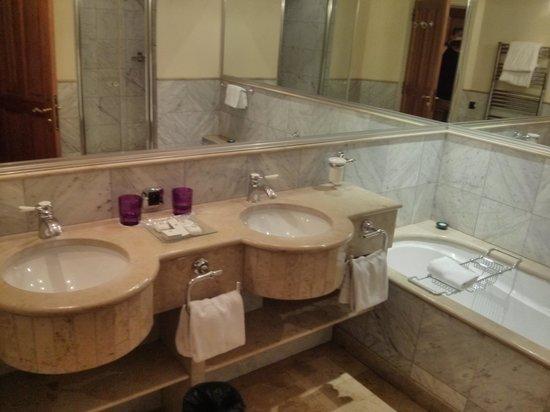 Chateau de Brindos : Salle d'eau chambre 14