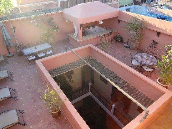 Dar Loula: Vista sul patio dalla terrazza sul tetto