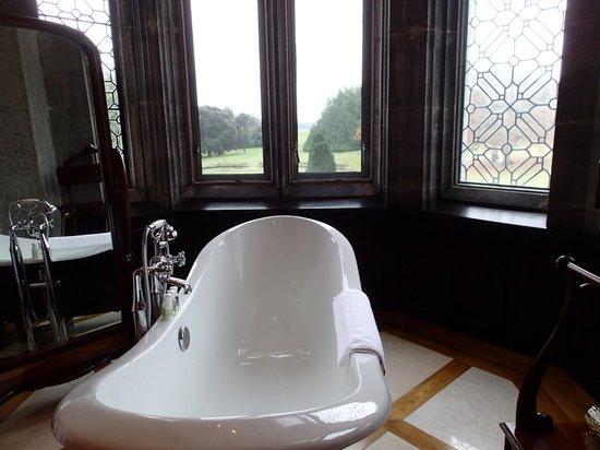 Adare Manor Hotel & Golf Resort: Bay window roll top bath