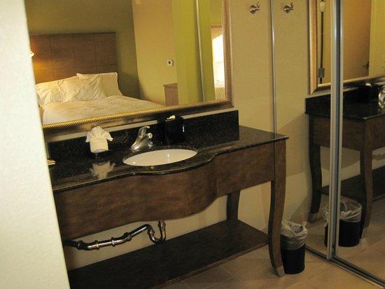 Hampton Inn & Suites Atlantic Beach: Bath area