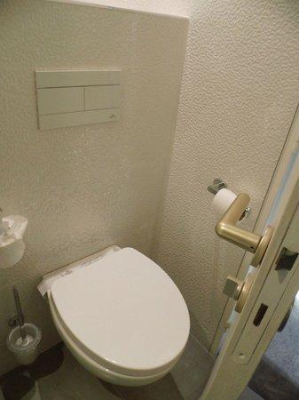 Best Western Allegro Nation: WC juste derrière la porte