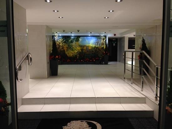 DoubleTree by Hilton - London Hyde Park: view of lobby from front doors