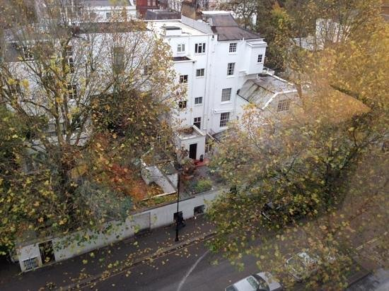 DoubleTree by Hilton - London Hyde Park : view from 7th floor room to side street