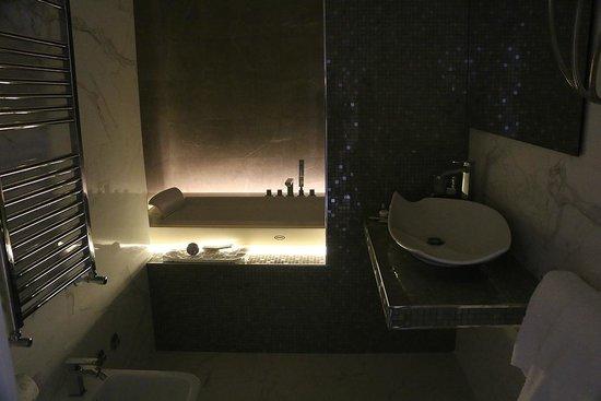 Cardilli Luxury Rooms: Un des 4 types d'éclairage de la salle de bain (bain à remous)