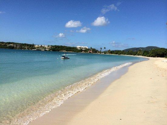 Emerald Beach Resort: Lovely, and clean beach