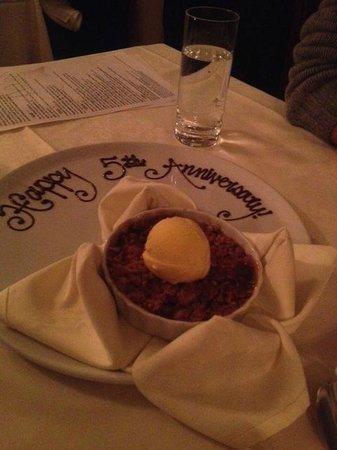 The Ivy Inn Restaurant: Delicious warm apple crisp!!!