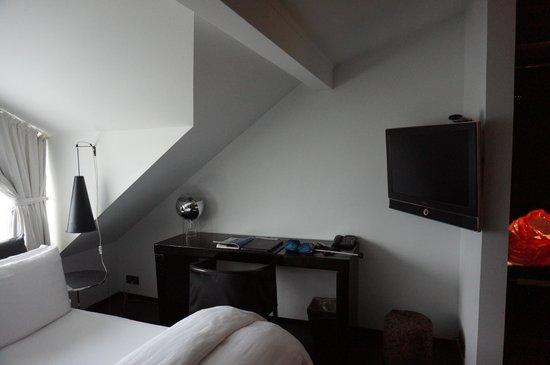 CenterHotel Thingholt: Bed and TV