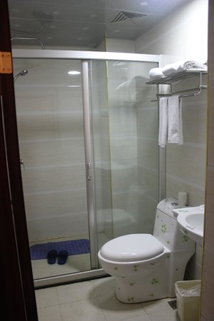 Imperial City Hotel: Nice large shower