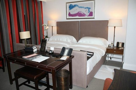 Brown's Hotel: 2 twin beds - loved the colors of the room