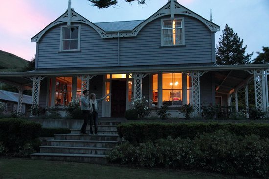Akaroa House: Gorgeous sun set behind the house at night