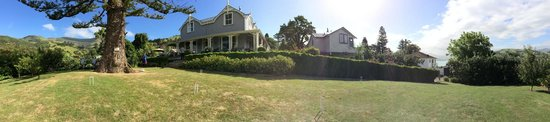 Akaroa House Bed & Breakfast: Panorama of the grounds, we brought a croquet set with us