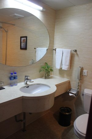 Chongwenmen Hotel: Bathroom