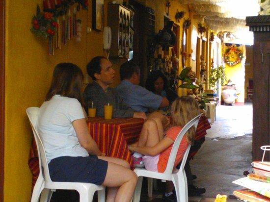 Hotel Los Encuentros: El corredor principal, con algunos huéspedes