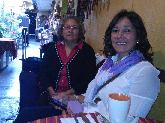 Hotel Los Encuentros: Doña Irma, a la izquierda, con mi esposa