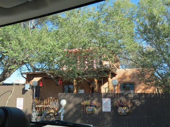 Inn at Halona: Entrance to pueblo style Halona Inn.