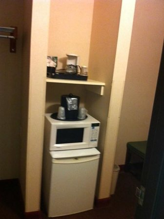 Comfort Inn & Suites: Fridge & microwave, coffee included.