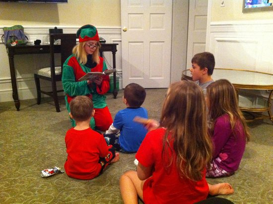 Pocono Manor Resort & Spa: Elf reading the kids a bedtime story!