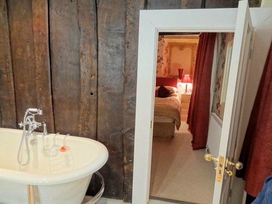 Abbots House : View of the bed from the en-suite bath and shower room