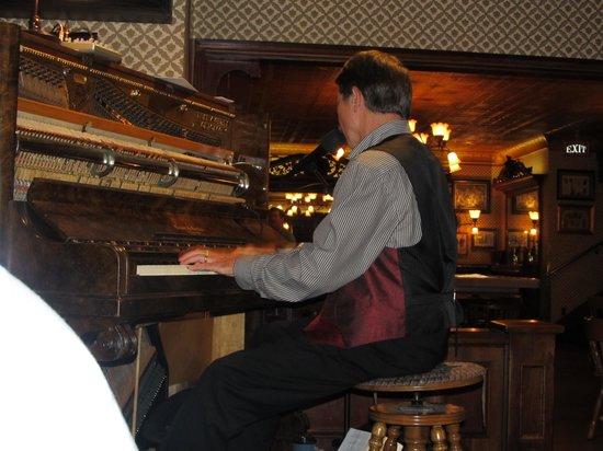 Golden Bee: piano player