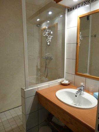 Hotel Le Riquewihr : Salle de bain avec douche italienne