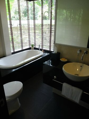 U Inchantree Kanchanaburi: Bathroom (suite)