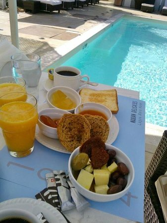 Lagos Mare: breakfast by the pool