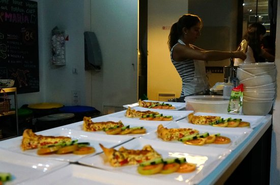 Lisbon Destination Hostel: Maria preparing the 3 course meal. 8€ for all 3 courses