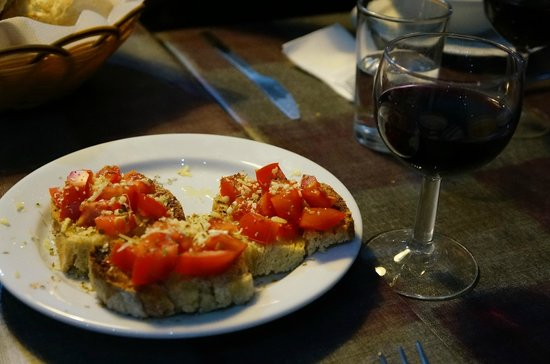 Lisbon Destination Hostel: Maria's 3 course meal (appetizer) - wine included. 8€ only