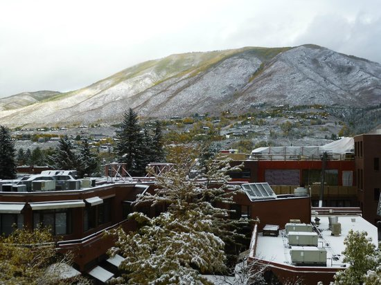 Aspen Square Condominium Hotel: view of town and mountains from our balcony