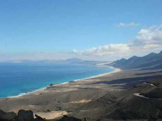 Playa de Cofete: View on the beach from the mountain road