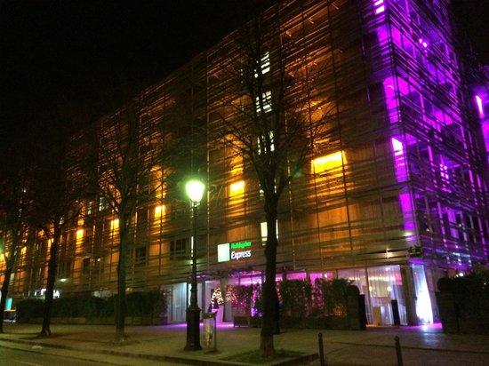 Holiday Inn Express Paris-Canal de la Villette : By night !