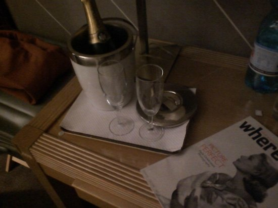 Hotel Edouard 6: Champagne!