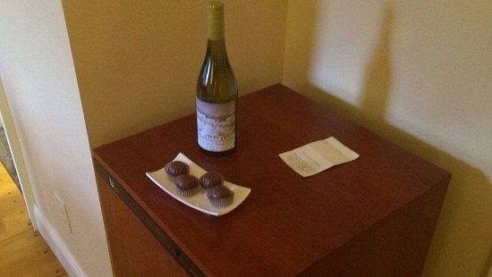 The Hermitage Inn: Complimentary wine and chocolates upon our arrival