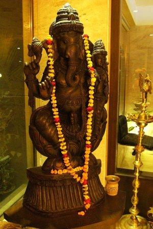 Hotel Taj Resorts: indian statua at the hall
